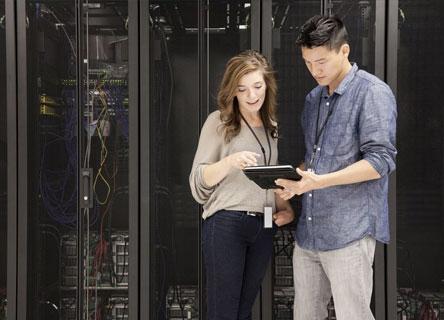 Compañeros de trabajo revisando una computadora