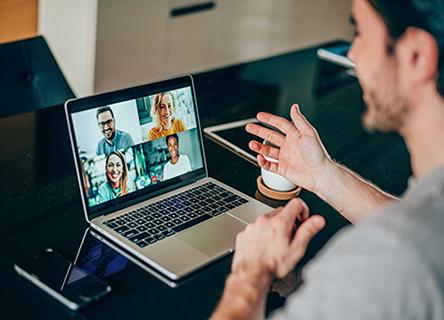 homme lors d'une réunion en ligne