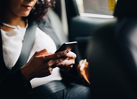 femme affaires utilisation elle téléphone siège passager voiture