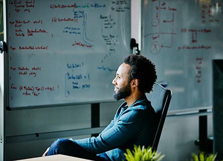 jeune homme assis dans une salle de conférence