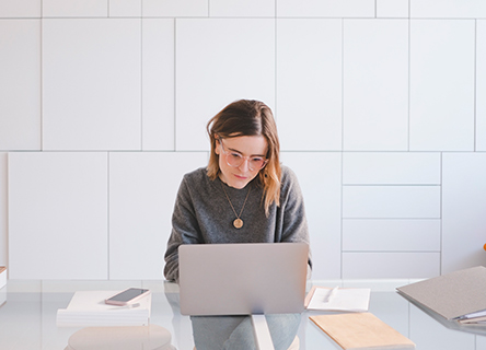 femme travaillant avec diligence sur son ordinateur portable