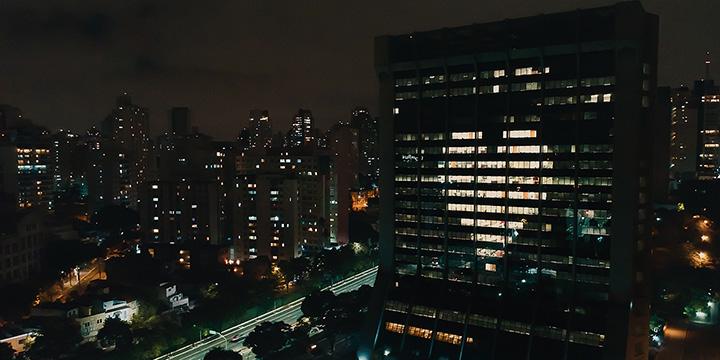 bâtiment illuminé la nuit dans un signe de coeur