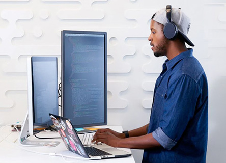 kaltura -  jeune homme travaillant sur un projet de codage