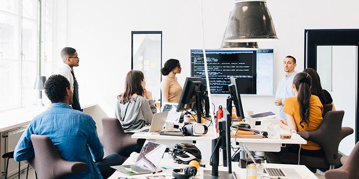 réunion de l'équipe de démarrage discutant de la recherche sur la cybersécurité dans un espace de bureau moderne et lumineux