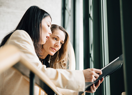 deux collègues travaillant sur un projet avec une tablette
