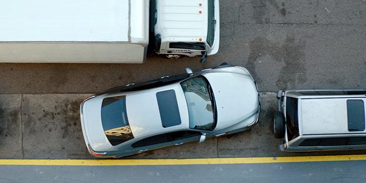 recul de voiture de place de stationnement à l'étroit