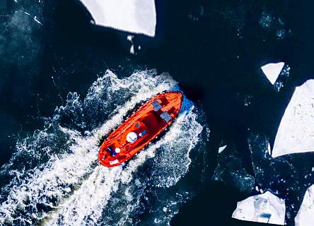 bateau qui coule dans l'eau