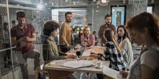 Grupo de trabajo construyendo campañas en Cloud
