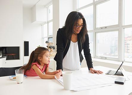 maman travaillant à domicile avec sa fille
