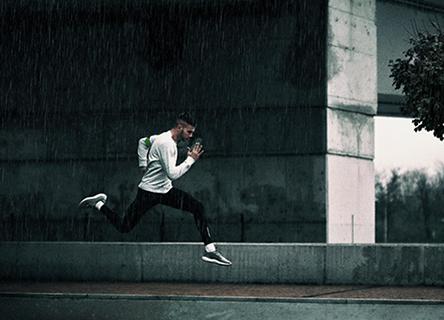Un homme qui court sous la pluie