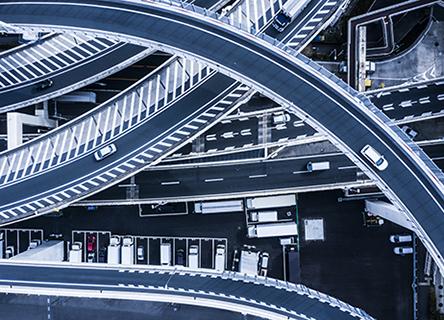 Vue aérienne de voitures sur une autoroute