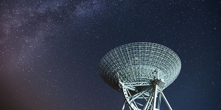 Image d'un satellite radio sous un ciel étoilé