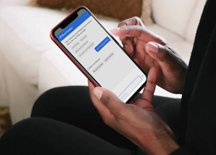 Une personne utilisant un chatbot au téléphone