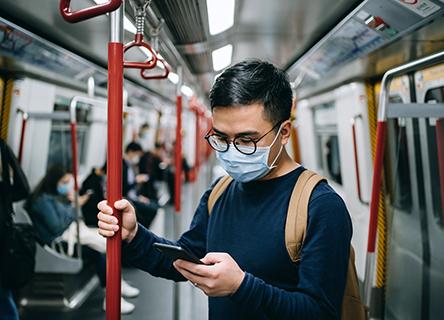 Un homme regardant son téléphone dans le métro